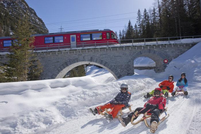 Viagem de trem no inverno na Suíça